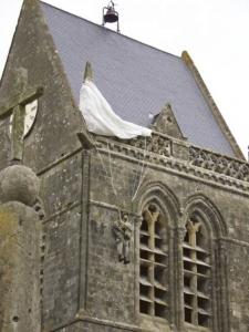 St. Mere Eglise - Fallschirm am Glockenturm