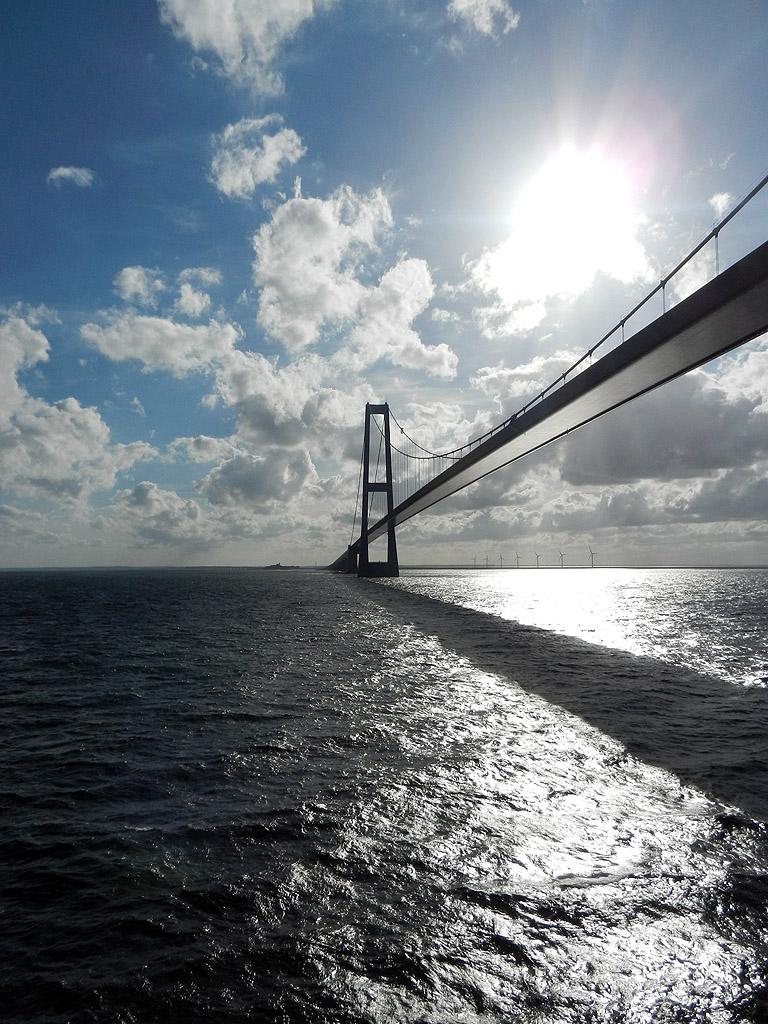Storebeltbrücke im Gegenlicht
